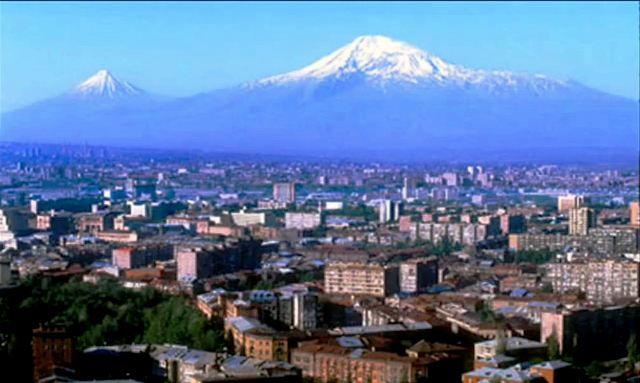 Mont Ararat vu d'Erevan (ou Yerevan) en Arménie (montage?)