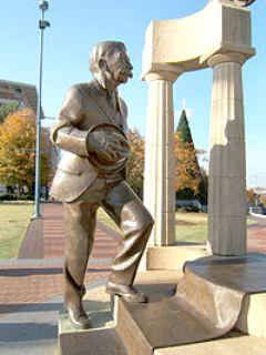 Statue du baron Pierre de Coubertin dans le parc du Centenaire � Atlanta, �rig�e � l'occasion des Jeux olympiques d'�t� de 1996